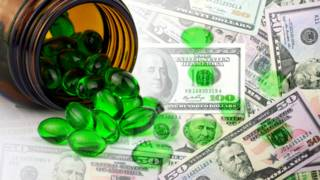 Medicina sobre unos billetes de dólar