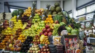 Прилавок с фруктами в Москве