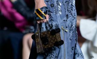 Modelo luce una bolsa Louis Vuitton en la semana de la moda de la mujer en Paris, Francia. Foto: Getty
