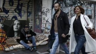Pareja y mendigo en Grecia