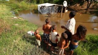 Una familia observa su casa inundada en la provincia del Chaco.