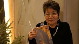 遠藤譽手持好不容易才找到的岩井英一的回憶錄《回想的上海》。
