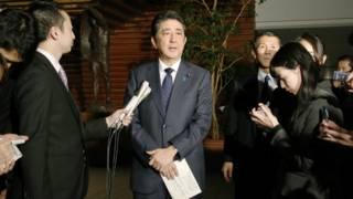 安倍晉三在與朴槿惠通電話後於東京首相官邸會見記者(28/12/2015)