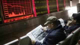 民眾1月4日在北京的股票交易所屏幕前。