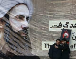 Иранцы делают селфи на фоне плаката с изображением богослова аль-Нимра