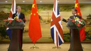 哈蒙德(左)與王毅(右)在北京會見記者(5/1/2015)
