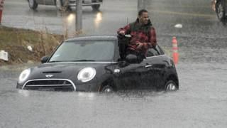 Un hombre dentro de un carro