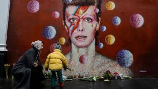 Портрет Дэвида Боуи на стене здания