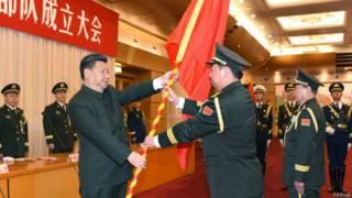 習近平向陸軍火箭軍戰略支援部隊授予軍旗
