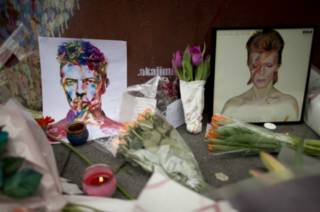 Цветы, свечи и картины  в память о Дэвиде Боуи - в его родном южном Лондоне