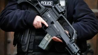 Вооруженный полицейский,  Лондон