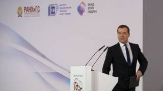 Дмитрий Медведев уходит с трибуны форума
