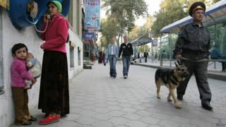 Милиционер с собакой в Душанбе