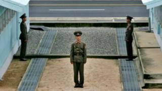 Lính Bắc Hàn tại đường ranh giới ở  Bàn Môn Điếm giữa Nam Bắc Hàn 7/8/2007