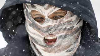 Un hombre con una máscara para protegerse de la nieve