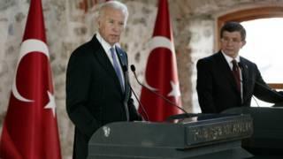 Джо Байден (слева) на пресс-коференции после встречи с премьер-министром Турции Ахметом Давутоглу (справа)