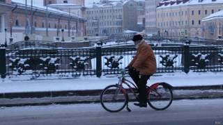 Дед едет на велосипеде по Санкт-Петербургу