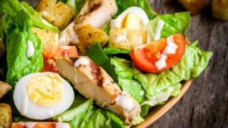Pesquisa explica por que pessoas ganham peso diferente comendo a mesma comida