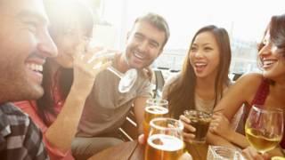 Por que algumas pessoas ficam bêbadas mais rapidamente do que outras?