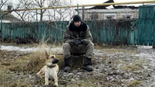 Военный с собакой на завалинке