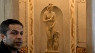 रोम के एक म्यूज़ियम में नग्न मूर्ति