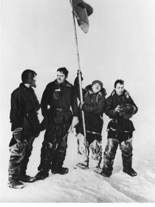 Слева направо: Петр Ширшов, Эрнст Кренкель, Иван Папанин и Евгений Федоров на Северном полюсе (6 июня 1937 г.)