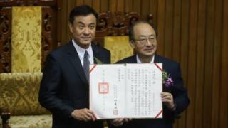 民進黨立委蘇嘉全(左)以74票贏得立法院長寶座,民進黨立委柯建銘( 右)頒發當選證書給蘇嘉全。