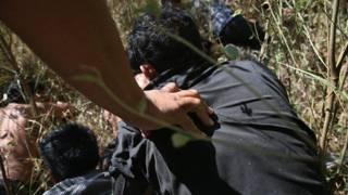 Niños migrantes cruzando la frontera