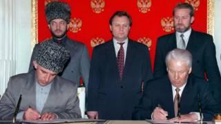 Аслан Масхадов и Борис Ельцин подписывает договор о мире