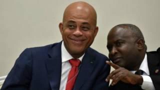 Уходящий президент Гаити Мишель Мартейи (слева) и спикер палаты депутатов гаитянского парламента Шолсер Шанси
