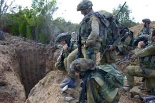 Израильские солдаты возле туннеля