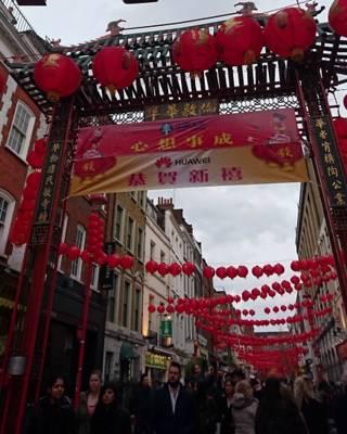 倫敦唐人街早已張燈結彩,春節氣氛濃厚。(BBC英倫網圖片)