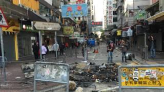 香港旺角騷亂現場一片狼藉。