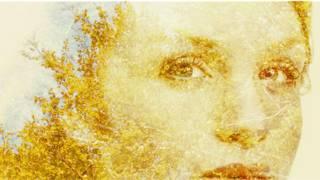 Лицо женщины, полустертое изображение