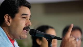 Presidente venezolano, Nicolas Maduro, hablando frente a un micrófono.