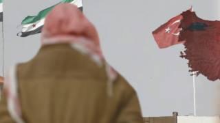 أعلام سوريا وتركيا على الحدود بين البلدين