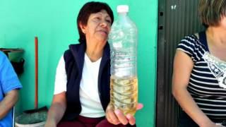 Vecina de Iztapalapa en Ciudad de México muestra el agua que llega a sus casas.