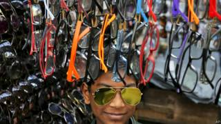 Puesto en un mercado con lentes de sol a la venta