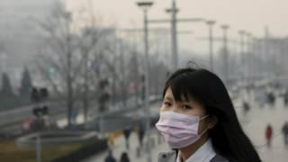 北京街头一名女学生戴着口罩走过(19/12/2015)