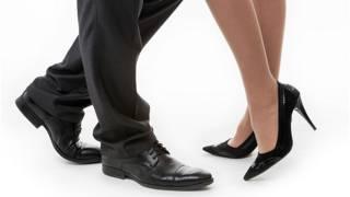 Ноги мужчины и женщины в офисе