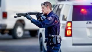 Полицейский на парковке завода Excel Industries