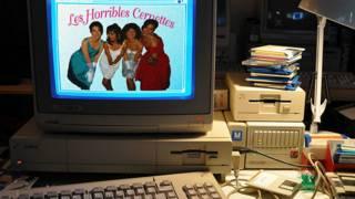 Фотография музыкальной группы Cernettes на экране старого компьютера