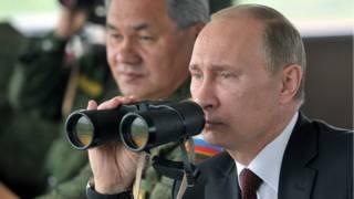 Путин с биноклем