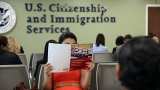 Joven estudiando libro de ciudadanía