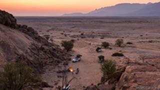 黄昏时分从帐篷望向沙漠的美景。