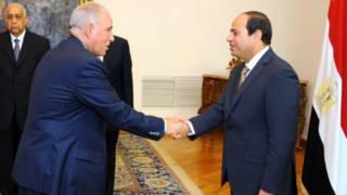 मिस्र के कानून मंत्री अहमद अल-ज़िंद (बाएं)