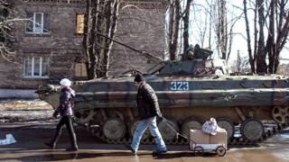 цивільні люди біля танку