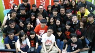 黃之鋒(橘色上衣者)與學民思潮成員合照(BBC中文網圖片20/3/2016)