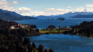 Vista panorámica del lago Nahuel Huapi en San Carlos de Bariloche, patagonia argentina.