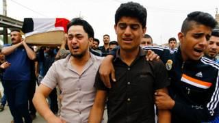 Familiares y amigos de las víctimas lloran durante los entierros celebrados al día siguiente del atentado suicida en Irak